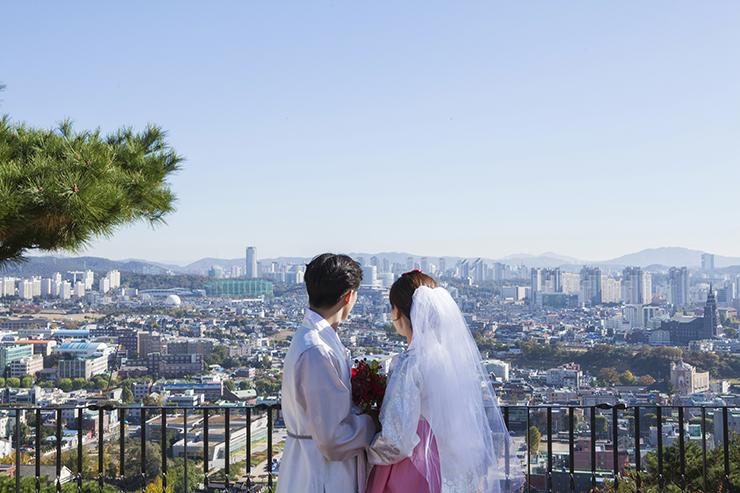 水原市を眺めるカップル。