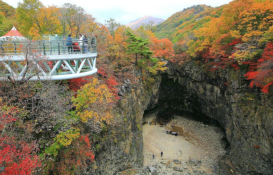 スカイウォークから観光客たちが瀑布を眺めている。