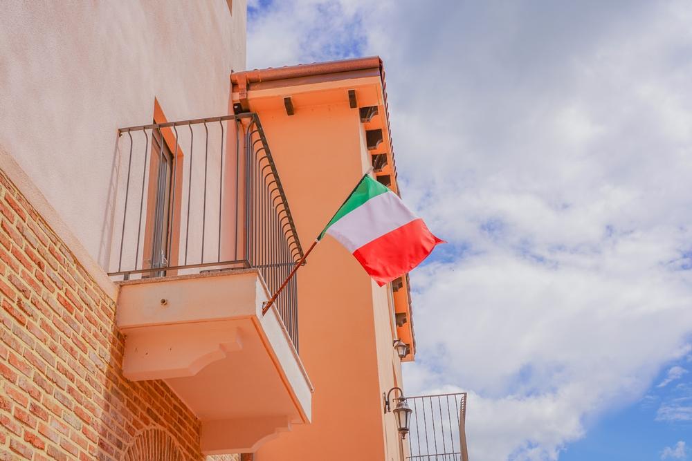 피노키오 와 다빈치 건물 사이 이탈리아 국기