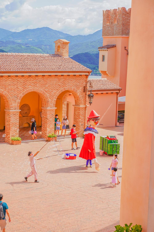 피노키오 와 다빈치 광장에서 비누방울 쇼를 진행하고있다.