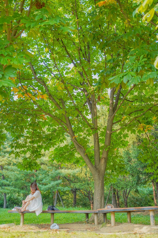 하남 미사경정공원 산책로 속 의자에 앉아있는 친구