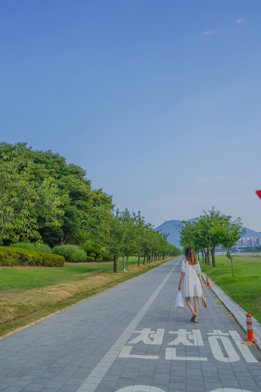 하남 미사경정공원 포장된 인도 산책로